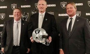 Mark Davis, Mike Mayock e Jon Gruden, dono, GM e técnico do Oakland Raiders