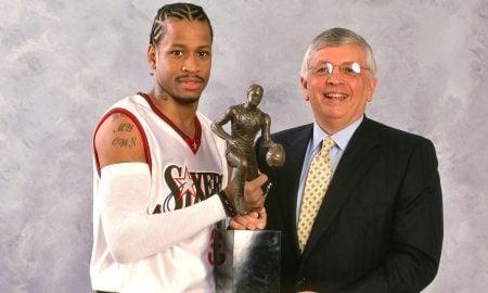 Allen Iverson ganha seu MVP (Foto: Reprodução/ HoopsHype.com)